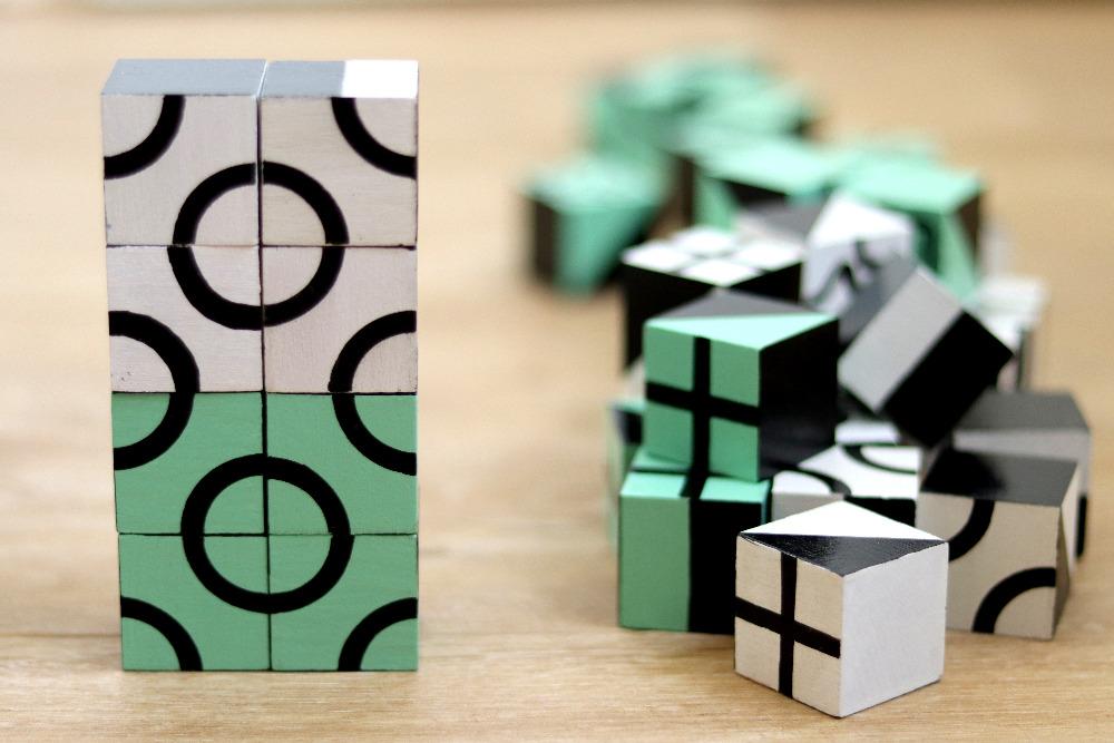 černobílý a černozelený Cubeek. 2 sady kostek, další rozměr hy.